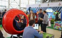 Красная капсула FutuRift V2 с очками виртуальной реальности