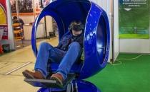 Человек в кабине VR аттракцион синее кресло