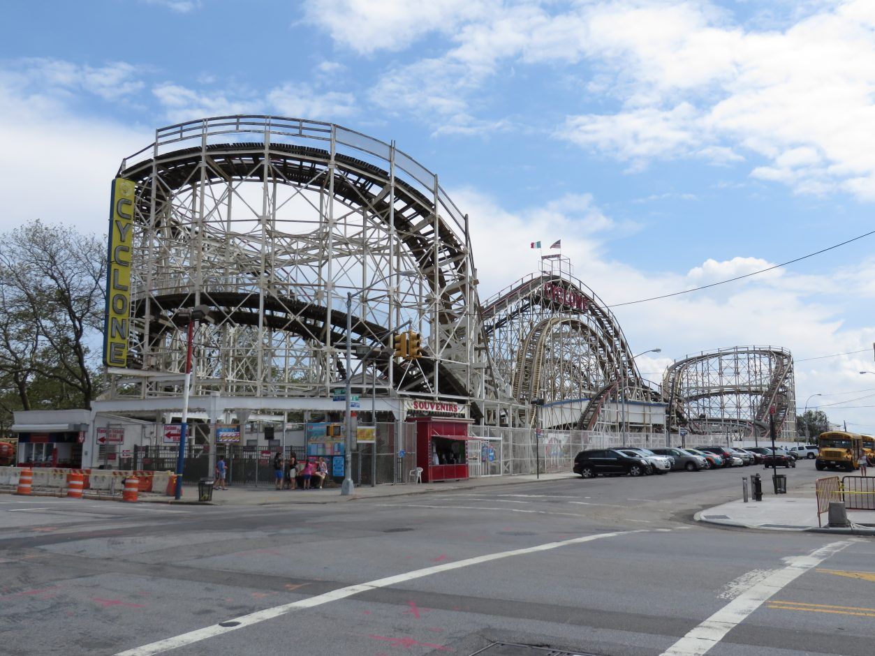 Cyclone_Roller_Coaster_(Coney_Island,_New_York)_001