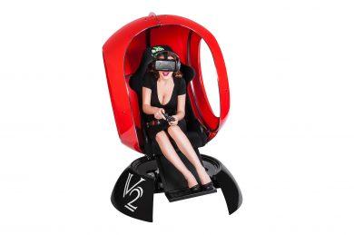 Девушка играет в VR
