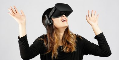 девушка в очках VR